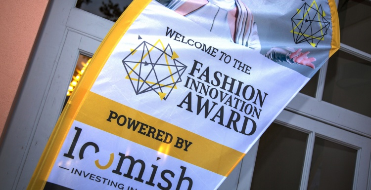 Foto: Fahne des Fashion Innovation Awards; copyright: Loomish...