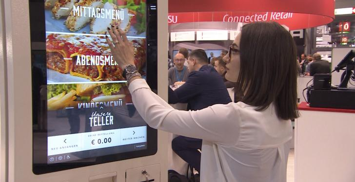 Frau bedient Self-Order-Kiosk; copyright: beta-web