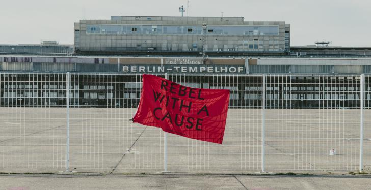 REBEL WITH A CAUSE-Flagge am Zaun